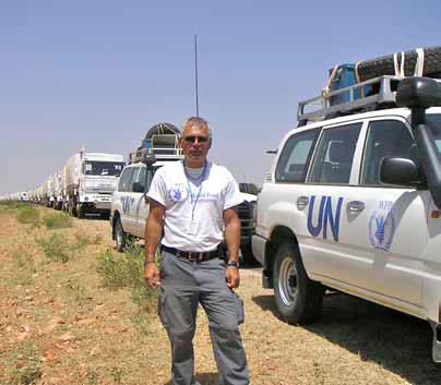 Ledare över en konvoj som man inte ser slutet på, och som färdades under 17 dygn för att komma fram genom öknen till de svältande flyktingarna i Al Geneina, Sudan. Färden började vid sex på morgonen och fortsatte till midnatt varje dag. Vid ett tillfälle fastnade hela konvojen i djup sand, och man grävde i 48 timmar i sträck för att få loss den. Foto: Privat