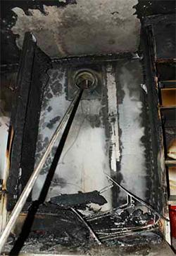 Den första branden startade, vid 16-tiden på julafton, i köksskåpet ovanför spisen.