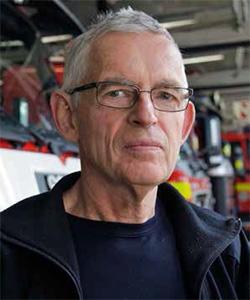 Lennart Juhlin utbildade sig till byggnadsingenjör, men efter att ha jobbat som detta under ett halvt år bestämde han sig för att byta bana; fick ett sommarvikariat som heltidsbrandman i Gävle år 1972, och utbildade sig därefter till brandingenjör. Elva år senare började han som räddningschef i Hudiksvall.