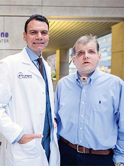 Pat Hardison tillsammans med kirurgen Eduardo Rodriguez vid Hansjörg Wyss Department of Plastic Surgery vid NYU Langone- sjukhuset i New York.